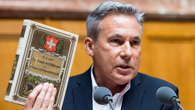 Adrian Amstutz da la PPS cun la Constituziun svizra.