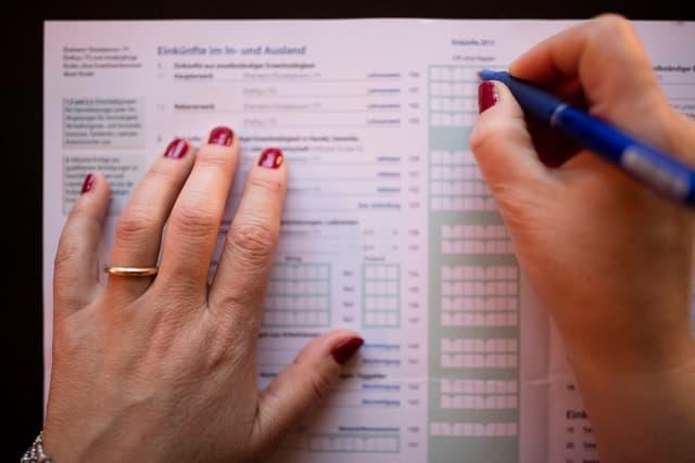 Eine Frau füllt die Steuererklärung aus