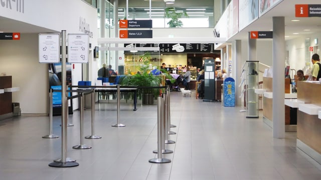 Blick in die Abflughalle des Flughafens.