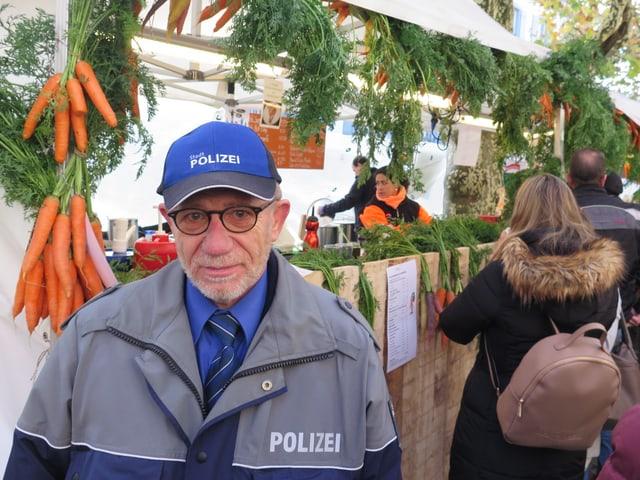 Mann in Polizeiuniform