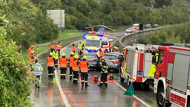 Pumpiers. ambulanzas e helicopters al lieu da l'accident.