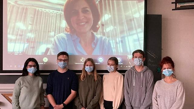 Schülerinnen und Schüler der Bezirksschulklassen 2a und 2b aus Seengen treffen «Tagesschau»-Moderatorin Cornelia Boesch virtuell.