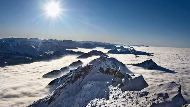 Blick auf Bergkette und Nebelmeer