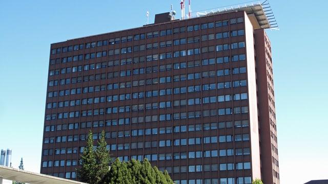 Braunes Hochhaus mit Antenne auf dem Dach.