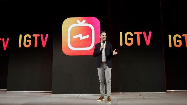 Mann stellt neue Funktion von Instagram vor