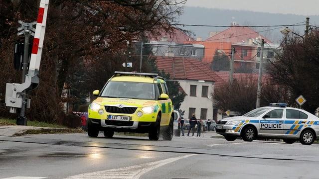 In'ambulanza ed in auto da polizia sin ina via en la citad da Uhersky Brod en la Tschechia.