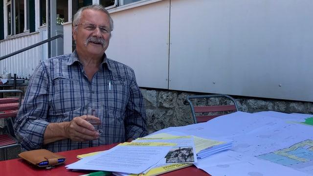 Hansruedi Kellenberger erläutert seine Baupläne.