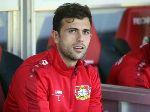 Admir Mehmedi sitzt auf der Bank