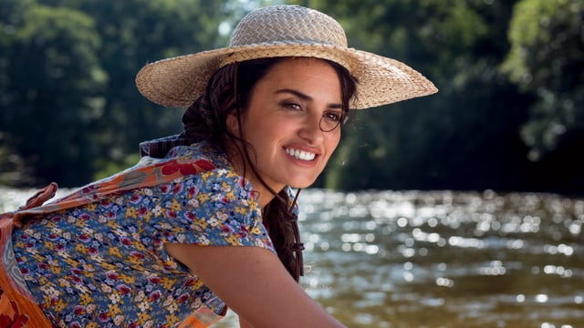 Penelope Cruz an einem See.