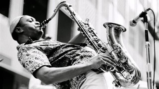 George Adams spielt Saxophon.