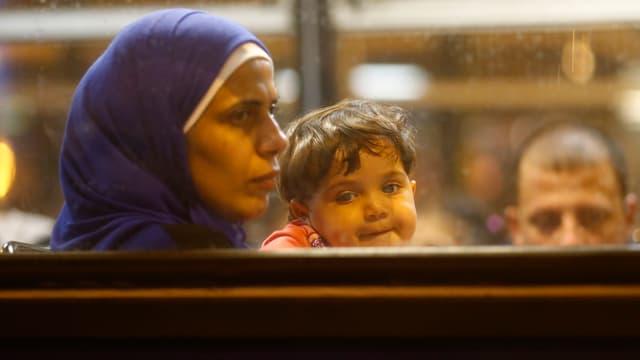Frau mit Kind in Bus
