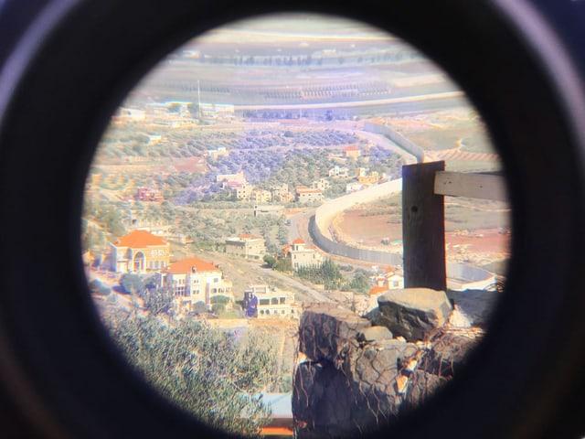 Libanesisch-israelische Grenze durch ein Fernrohr fotografiert