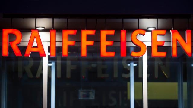 Oranges Raiffeisen-Logo über dem Eingang zu einer Filiale