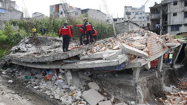 Equipas da salvament vid lur lavur a Quito - in terratrembel da 7,8 ha devastà grondas parts en l'Ecuador