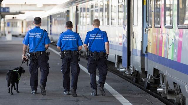 Grenzwächter am Bahnhof