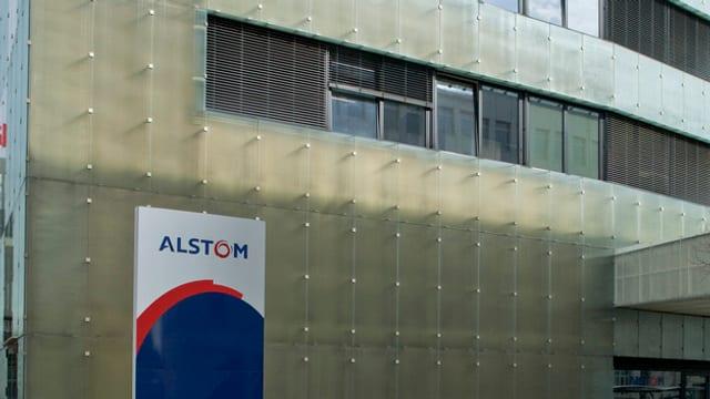 Aussenansicht des Schweizer Sitzes in Baden, mit dem Logo der Alstom.