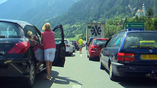 Autos stehen auf der Gotthard-Autobahn unterhalb der Kirche von Wassen.