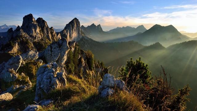 Berg- und Hügellandschaft in Abendstimmung