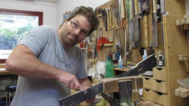 Gitarrist und Instrumentenbauer Peter Demmerle in seiner Werkstatt.