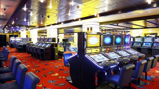 Blick auf die Spieltautomaten im Casino Zürich.
