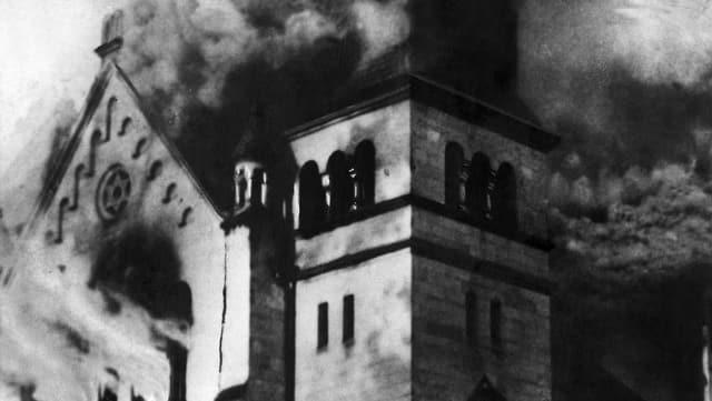 Eine Synagoge brennt in der Reichskristallnacht.
