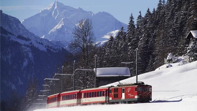 La Viafier Matterhorn Gotthard en viadi en il Vallais en ina cuntrada ennevada.