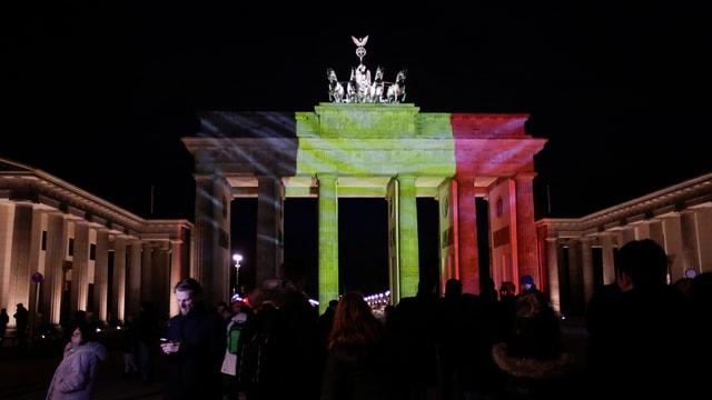 Il Brandenburger Tor a Berlin en las colurs da la bandiera Beltga