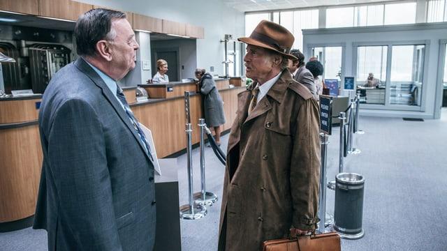 Bankräuber Forrest Tucker steht einem Bankangestellten gegenüber.