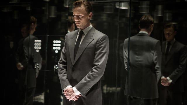 Mann im Aufzug