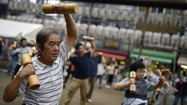 Alte Japaner am Sport machen.