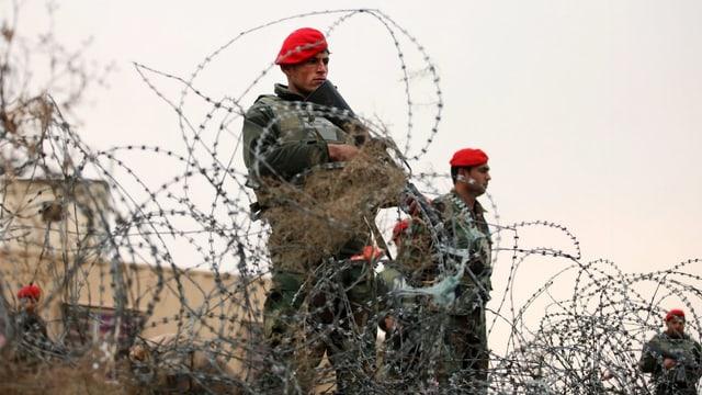 Nach dem Anschlag haben afghanische Sicherheitsleute eine Strassensperre errichtet.