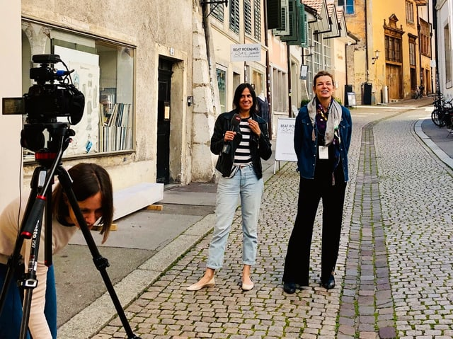 Milena Moser und Annette König stehen nebeneinander