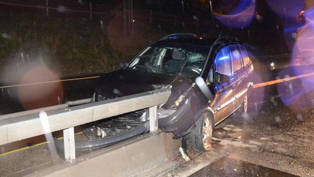 Das Unfallauto wurde von der Leitplanke regelrecht aufgespiesst. Der Lenker verletzte sich dabei mittelschwer.
