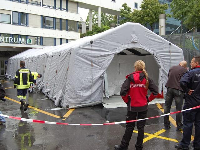 Grosses Zelt vor einem Gebäude des Inselspitals.