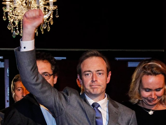 Bart De Wever ballt die Faust.