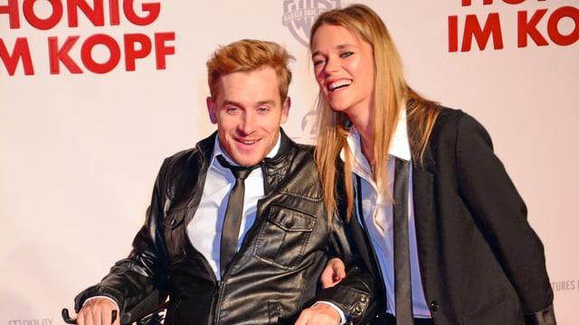 Samuel Koch zusammen mit seiner Freundin Sarah Elena Timpe posieren für ein Foto