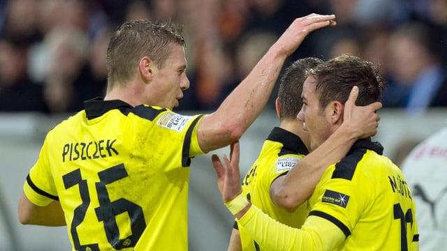 Dortmunds Lukasz Piszczek beglückwünscht Torschütze Mario Götze.