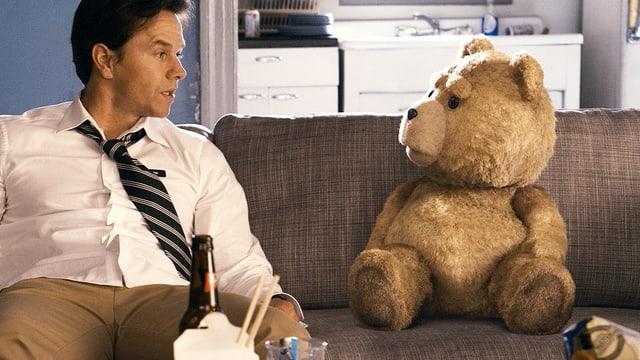 Szene aus dem Film «Ted», links Mark Wahlberg, rechts der übergrosse Plüschteddy