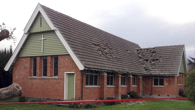 Kirche mit fehlenden Dachziegeln.