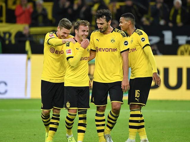 Die Dortmunder feiern den Sieg gegen Wolfsburg.