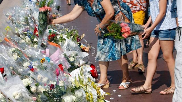"""Anc adina vegnan messas fluras a la """"Promenade des Anglais"""" en memoria per las victimas da l'attentat a Nizza."""