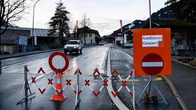 Absperrung auf der Strasse Richtung Adelboden