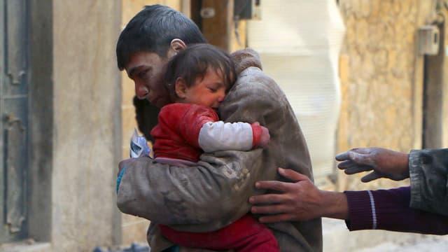 Nach einem Luftangriff in Aleppo wird ein kleines Mädchen lebend aus Trümmern gerettet.