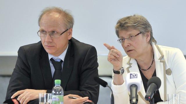 Regierungsrätin Béatrice Métraux und der Gerichtspräsident Jean-François Meylan beim Medienanlass.