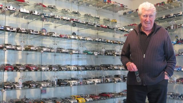 Der Sammler vor seinen Spielzeugautos