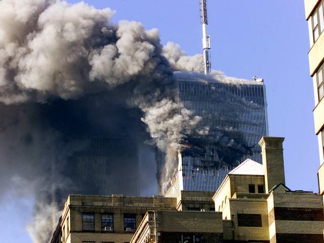 Die Türme des World Trade Center in dichte, schwarze Rauchwolken gehüllt.