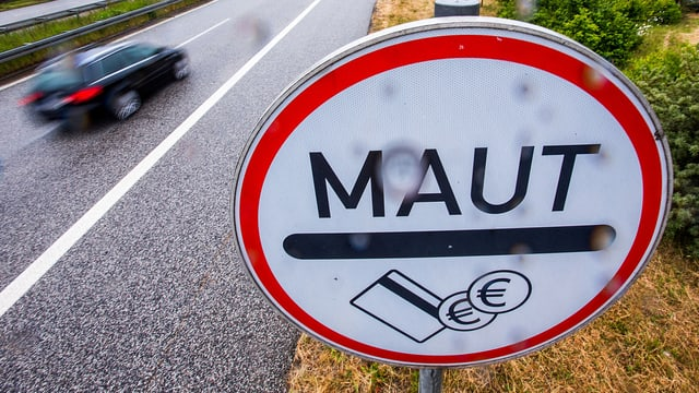 Mautschild an einer privaten Autobahn in Mecklenburg-Vorpommern.