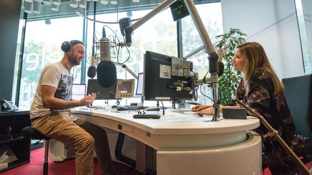 Martina Linn en il studio RTR tar il moderatur Tobia Valär.