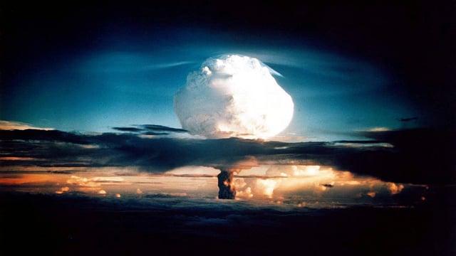Wolke einer Wasserstoffbombe am Abendhimmel