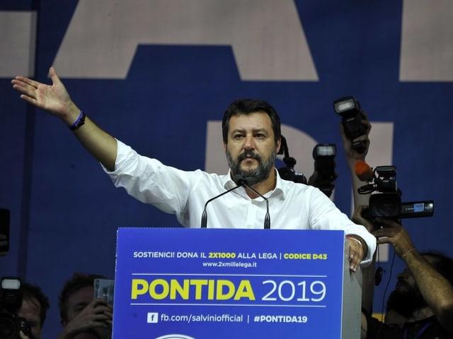 Matteo Salvini an einem Rednerpult.
